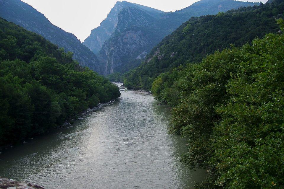 Η θέα από τη γέφυρα της Πλάκας...