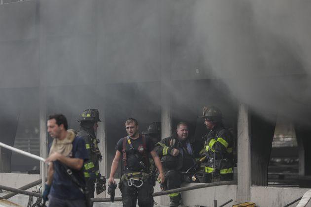 Σύννεφα καπνού στη Νέα Υόρκη. Φωτιά σε μεγάλο εμπορικό