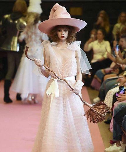 """Ce chapeau vu à la Fashion Week ressemble beaucoup au Choixpeau magique dans """"Harry"""