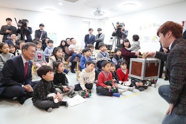 지난 1월 24일, 서울의 한 국공립 어린이집에 방문한 문재인 대통령은 최현우의 마술쇼를