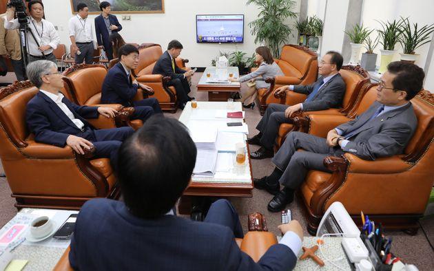 김성태가 평양에 간 문재인 대통령에게 '전자결재'를