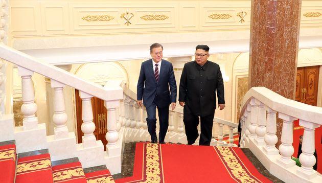 문재인 대통령과 김정은 국무위원장이 18일 오후 평양 조선노동당 중앙위원회 본부 청사에서 정상회담장으로 이동하고