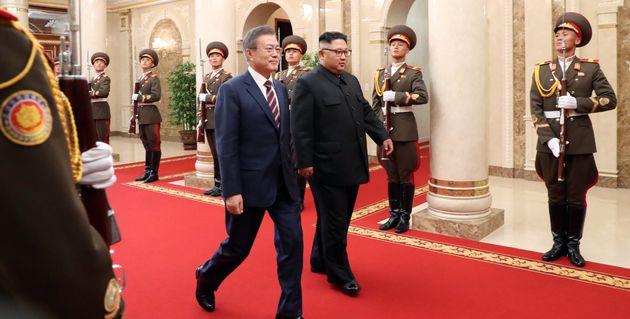 문재인 대통령과 김정은 국무위원장이 18일 오후 정상회담을 갖기 위해 평양 조선노동당 중앙위원회 본부 청사에 입장하고