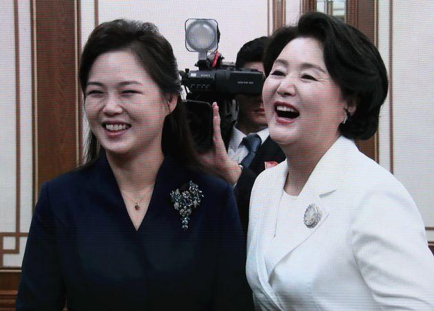 18일평양 백화원 숙소에 도착한 김정숙 여사와 리설주 여사가 밝게 웃으며 대화를 나누는