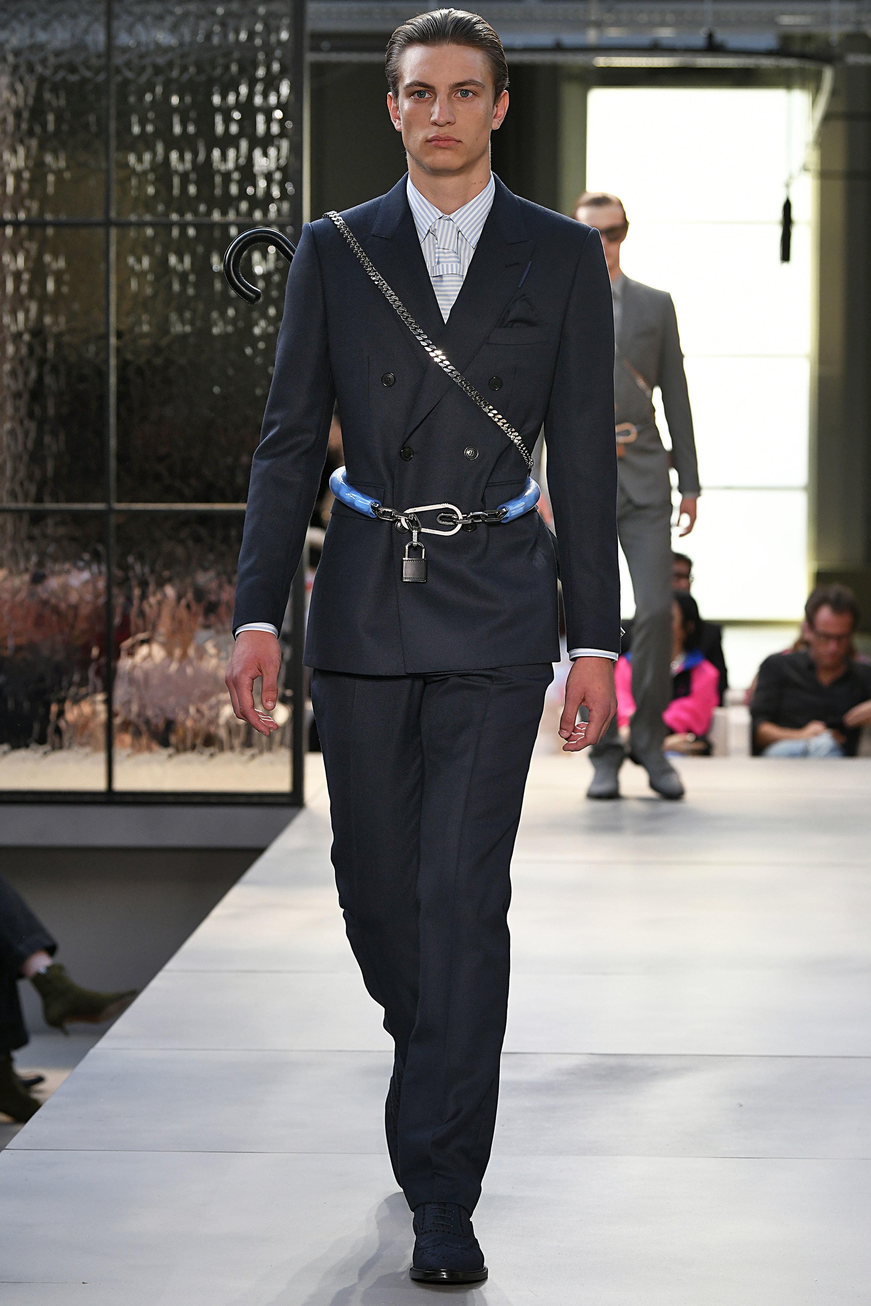 Fashion Week de Londres : des antivols de vélo en guise de ceinture-porte-parapluie chez