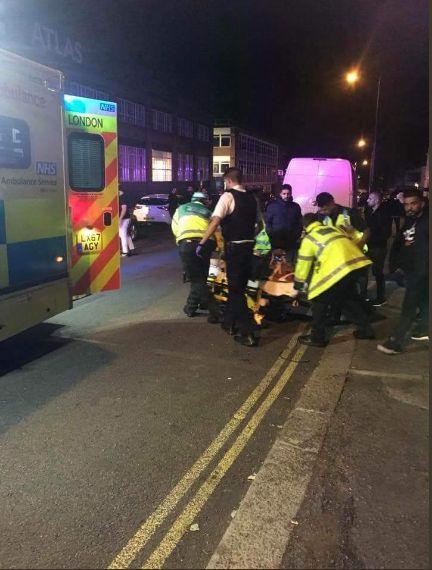 Londres: Une voiture fonce sur des passants devant une