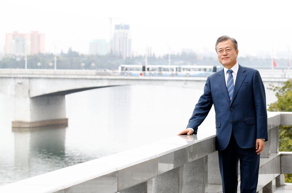 문재인 대통령이 평양 대동강을 배경으로 '화보'를