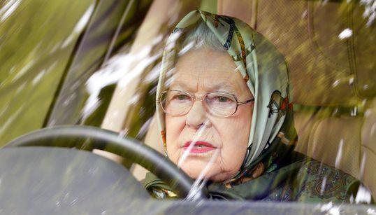 Γιατί η βασίλισσα Ελισάβετ οδηγεί χωρίς δίπλωμα και κανείς δεν της λέει