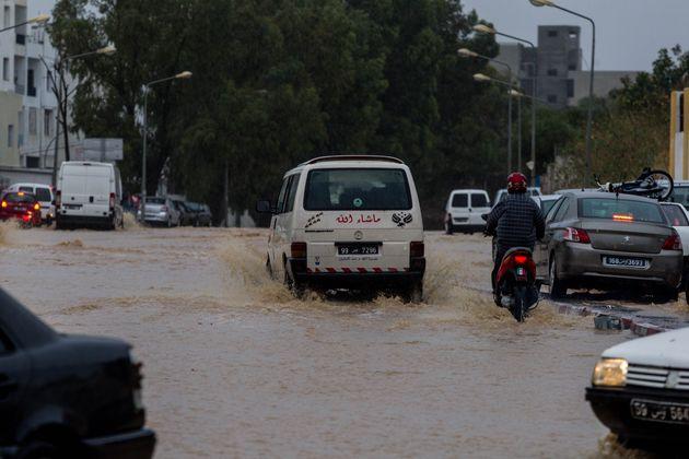 Inondations, routes bloquées... Le ministre de l'Équipement pointe du doigt le