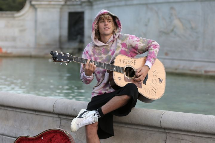 Justin Bieber stops at the Buckingham Palace fountain to play a couple of songs with his guitar for Hailey Baldwin.