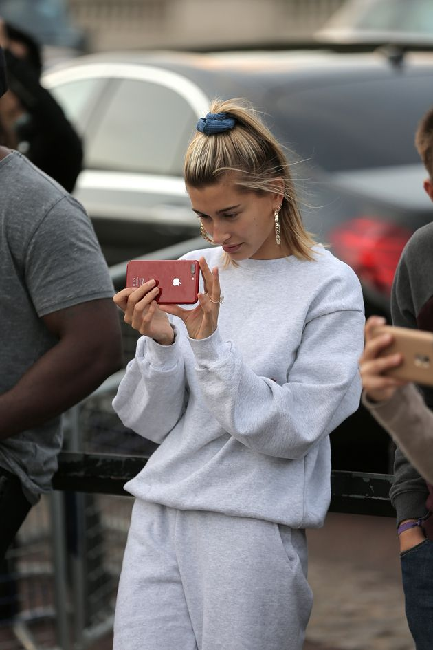 Justin Bieber Serenades Hailey Baldwin Outside Buckingham Palace Because Of