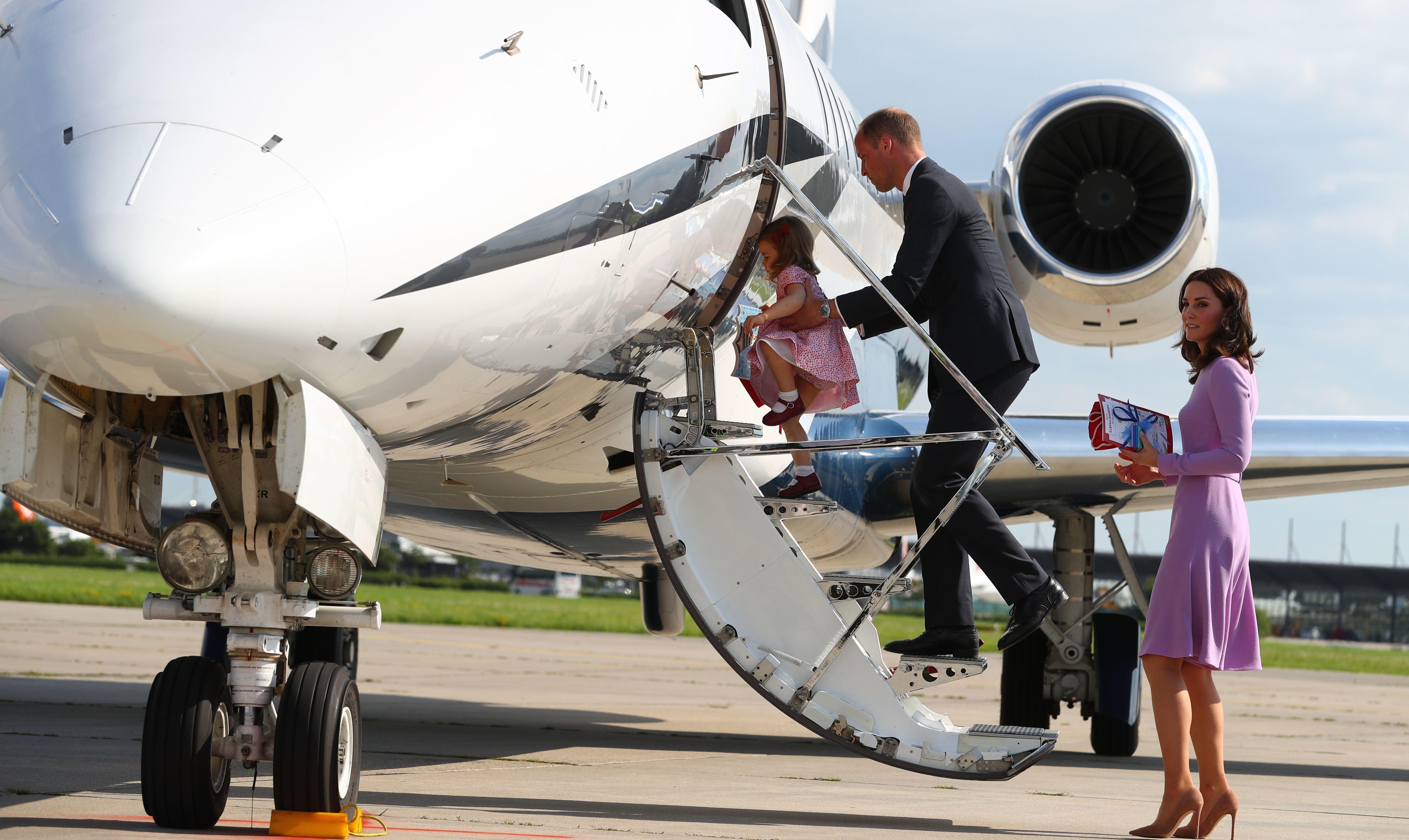 Royals: Prinz William reist im Flugzeug mit seinen Kindern und bricht