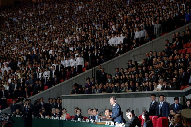 문재인 대통령이 19일 밤 평양 5.1 경기장에서 열린 '빛나는 조국'을 관람한 뒤 평양 시민들앞에서 연설을 하고 있다.