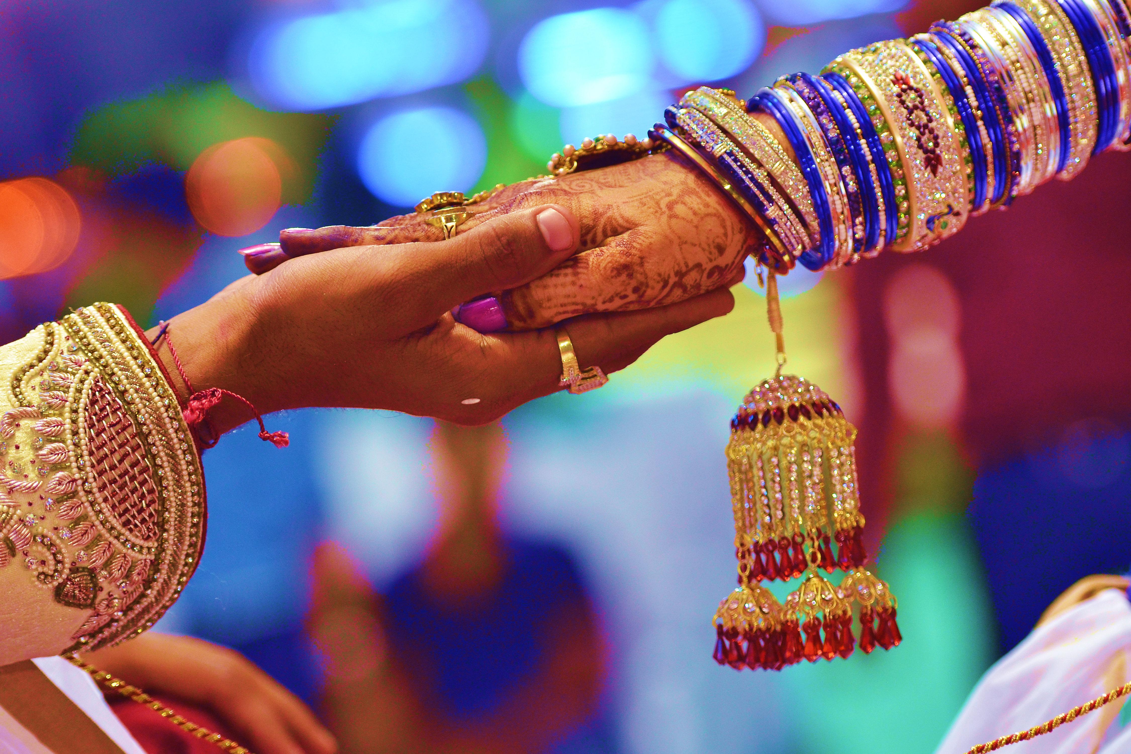 Ινδία: Αντισυνταγματικό αλλά... ισχύει το αυτόματο διαζύγιο λέγοντας «σε χωρίζω, σε χωρίζω, σε