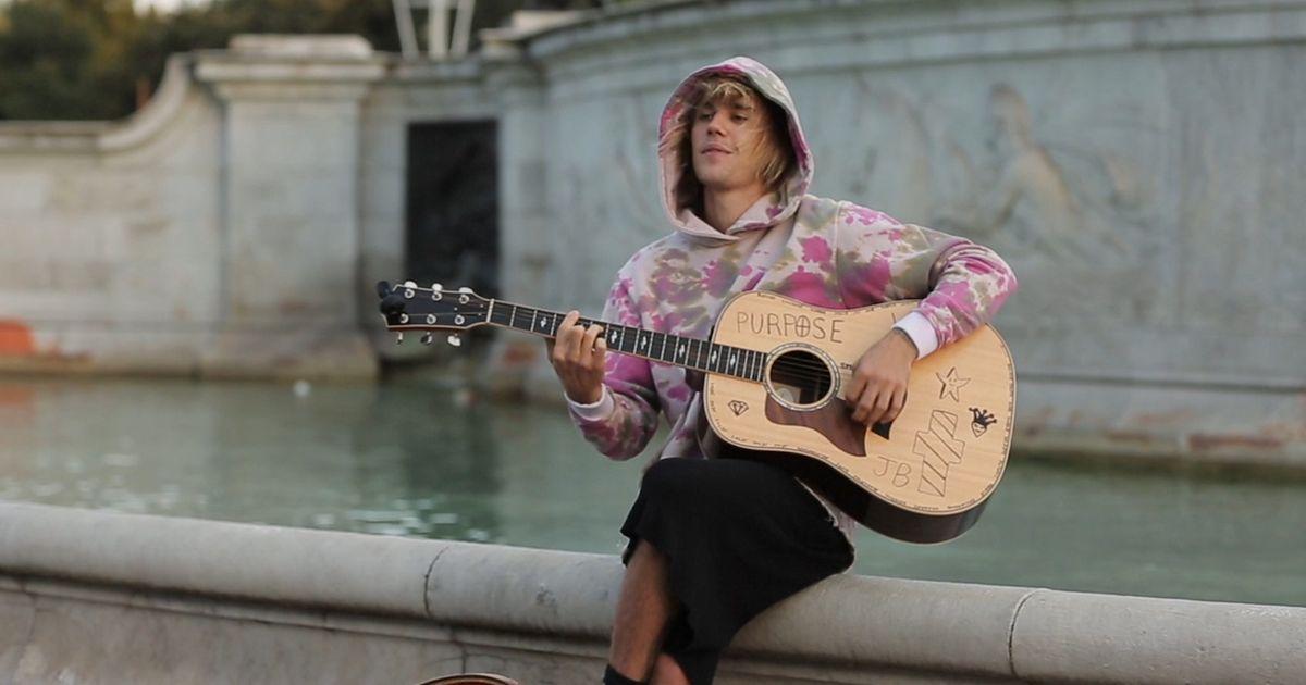 Justin Bieber Serenades Fiancée Outside Of Buckingham Palace
