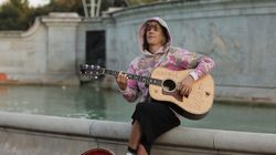Justin Bieber Serenades Fiancée Outside Of Buckingham