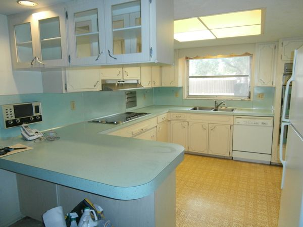 This is the same kitchen, now ready to be rented out.
