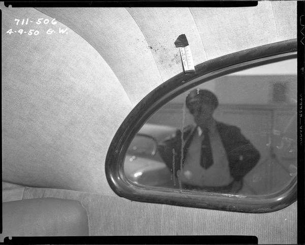 자살 사건을 수사하는 경찰관 Date: 4/9/1950