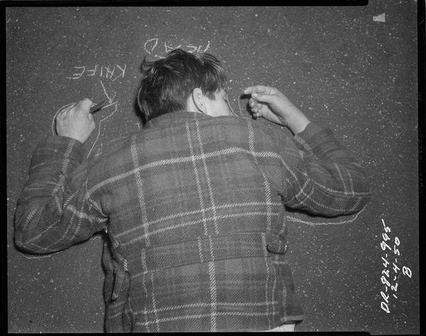 손에 칼을 쥐고 죽은 남자 시체와 분필로 그려넣은 시체의 윤곽선 Date: 12/4/1950