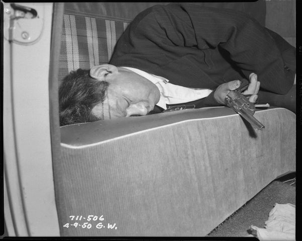 총으로 목숨을 끊은 한 남자 Date: 4/9/1950