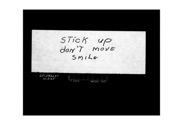 """""""일어나! 움직이지마! 웃어."""" 은행강도가 쓴 쪽지  Date: 11/3/1965"""