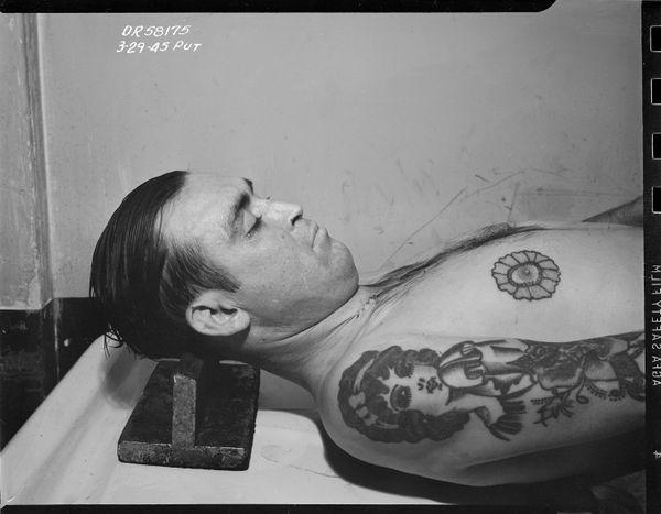 시체 안치소, 꽃 문신을 한 남자  Date: 3/29/1945