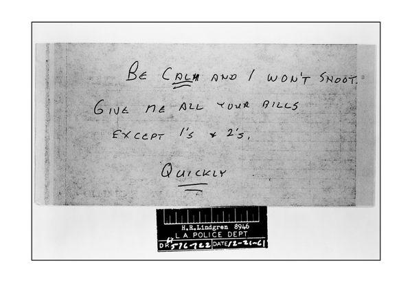 """은행강도가  자신의 요구를 적은 메모  """"침착하라. 나는 당신을 쏘고 싶지 않다. 여기 있는 모든 지폐를 내놓아라. 1달러와 2달러 짜리는 빼고. 빨리!""""   Date: 12/21/1961"""