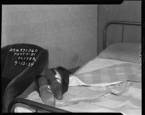 침대에 걸쳐진 피해자의 구두 신은 발  Date: 9/13/1934