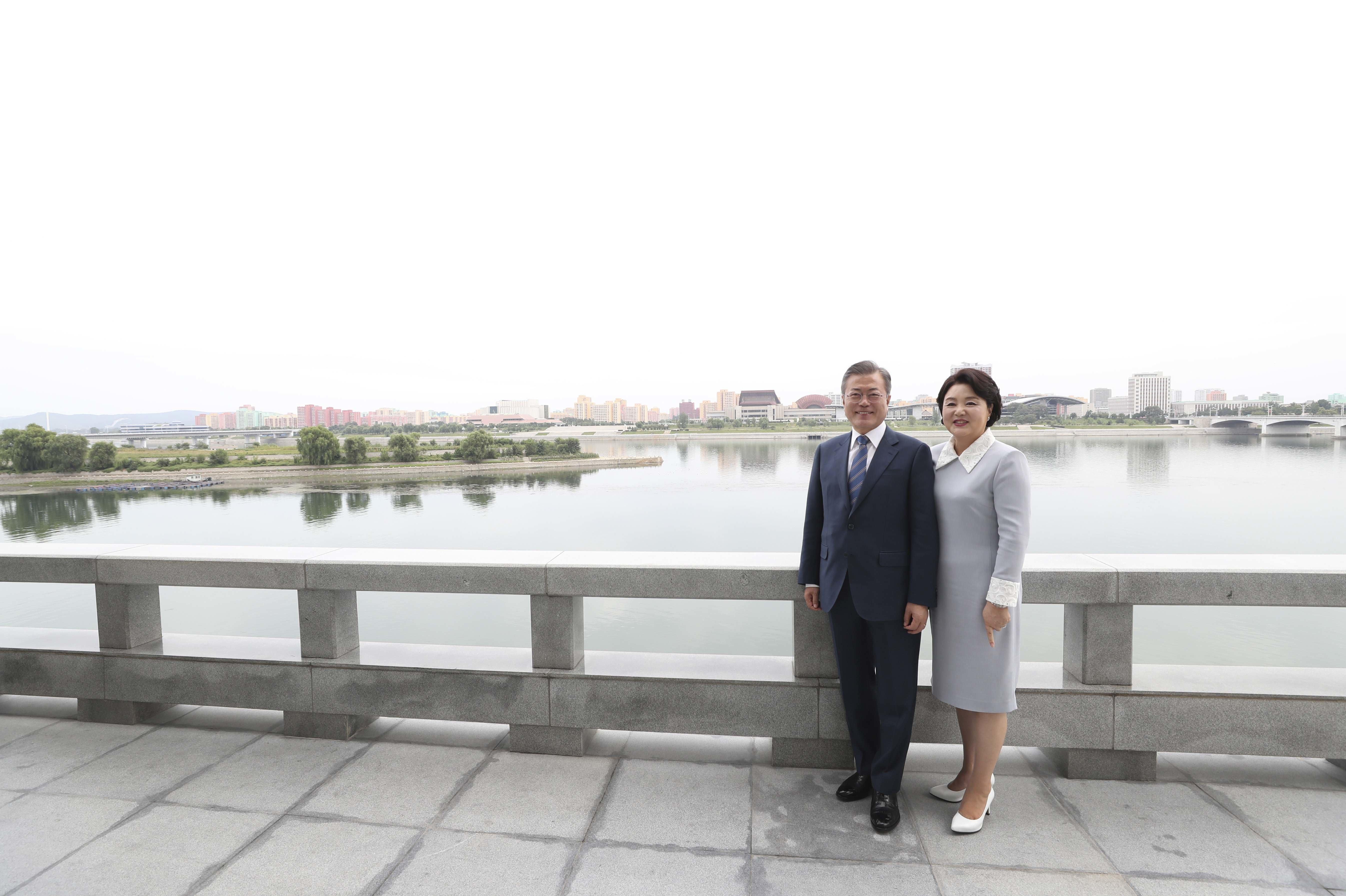 """대동강 앞에 선 김정숙 여사가 """"남사스럽다""""며 자리를 피한"""