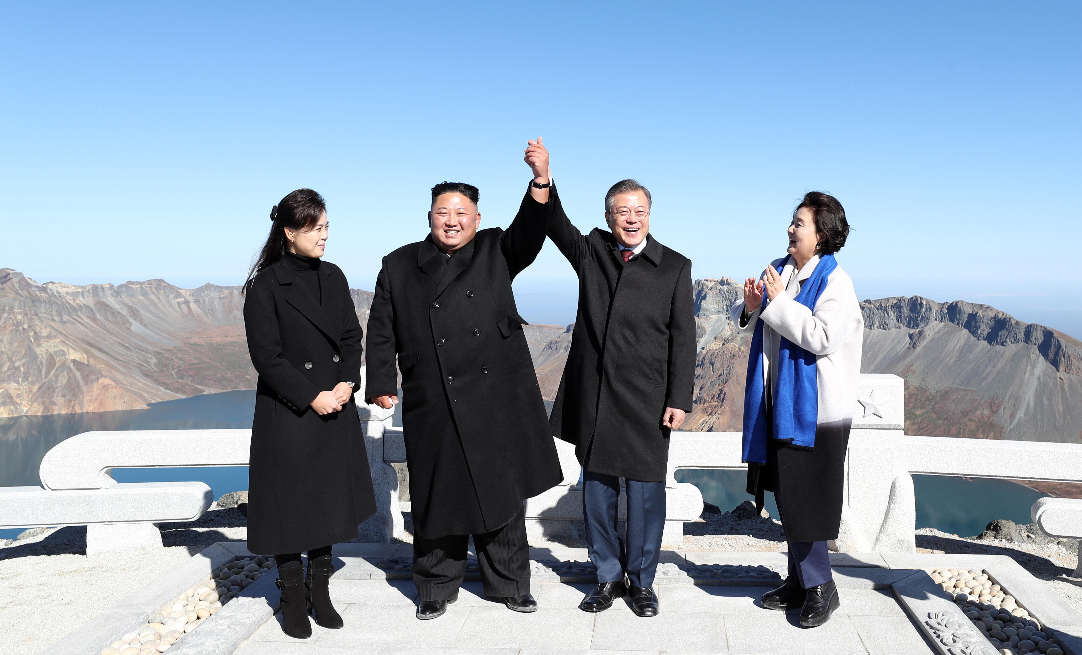 문재인 대통령과 김정은 위원장이 함께 백두산 천지에
