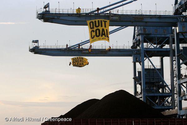 그린피스가 인도네시아 찌레본 석탄 발전소에서 '석탄 그만(Quit Coal)'이라고 적힌 배너를 거는 액션을 하고