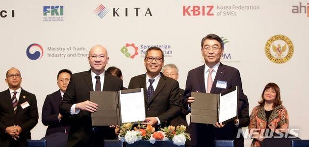 한국과 인도네시아가 석탄 발전소 '자와 9, 10호기 건설을 위한 업무협약(MOU)'을 체결한 뒤 기념 촬영을 하고