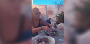 Zwei Frauen wollen entspannt im Garten essen – der Hund hat andere
