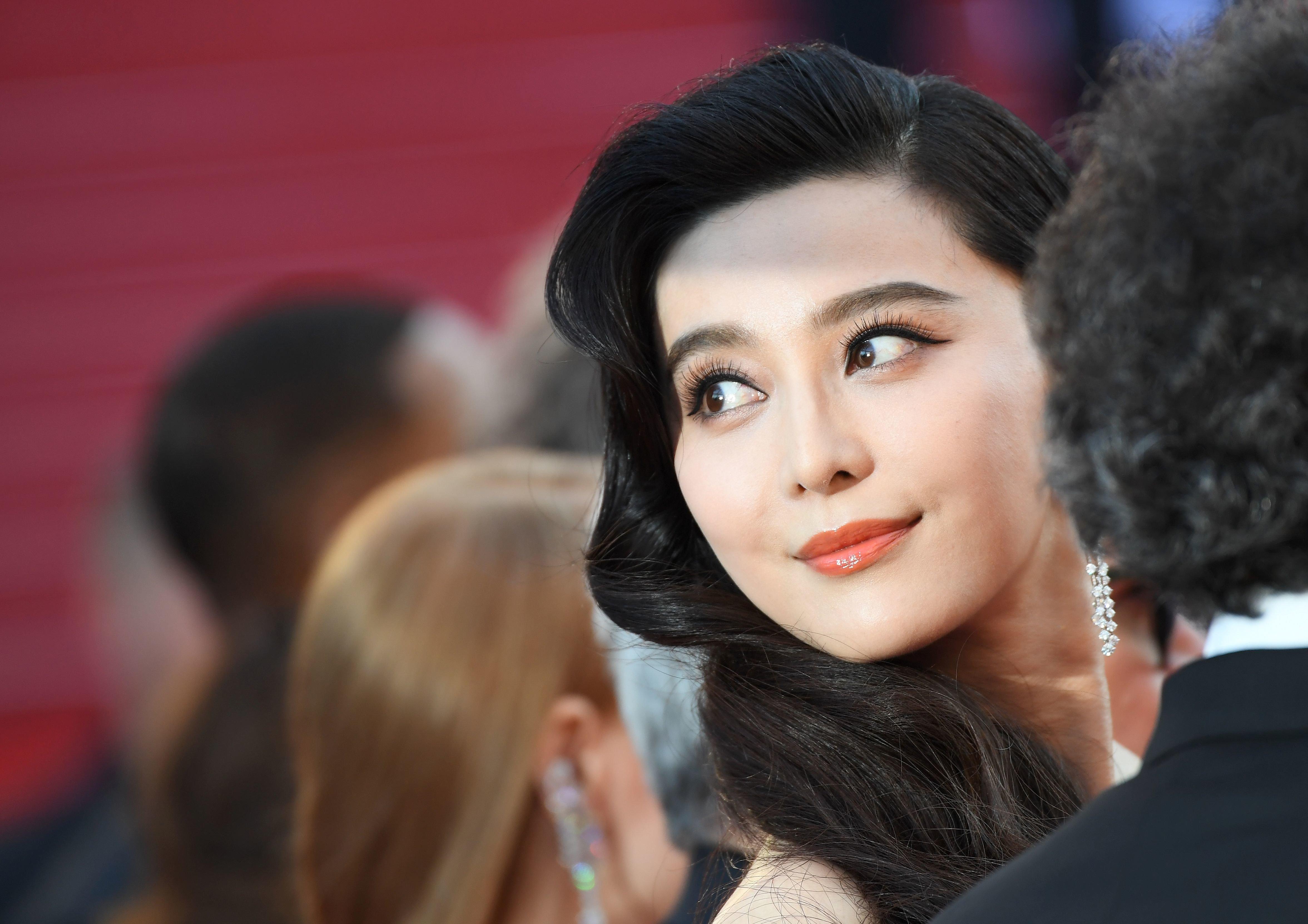 Η Fan Bingbing είναι η πιο διάσημη και ακριβοπληρωμένη ηθοποιός στην Κίνα. «Εξαφανίστηκε» σαν να μην υπήρξε ποτέ και τώρα όλο...