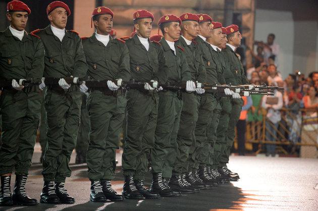 Service militaire obligatoire: deux éditorialistes confrontent leurs