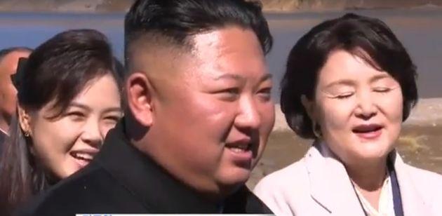 리설주 여사(왼쪽)와 김정숙 여사(오른쪽)가 20일 백두산 천지에서 가수 알리의 선창에 따라 진도아리랑을 함께 부르고
