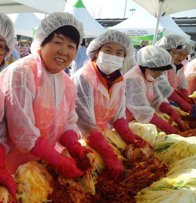김경희님(왼쪽)이 '몰빵바자회'에서 김장을 하고