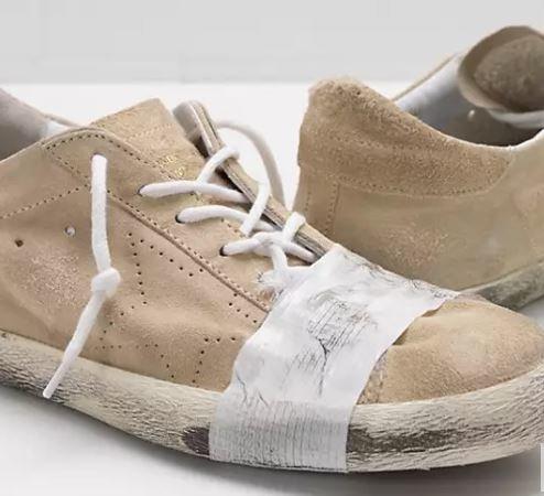 Ντύσου σαν άστεγος. Ιταλική φίρμα πουλάει παπούτσια βρώμικα και με μονωτική ταινία για 530$ και προκαλεί οργή