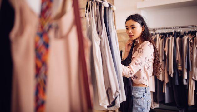 Στον περίεργο κόσμο των social media: Αγοράζουν ρούχα μόνο για μια φωτογραφία στο instagram και μετά...