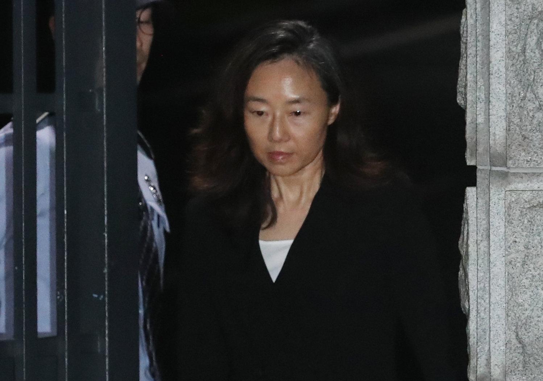 2심에서 법정구속된 조윤선이 대법원 재판 진행 도중 일단 석방되며 한