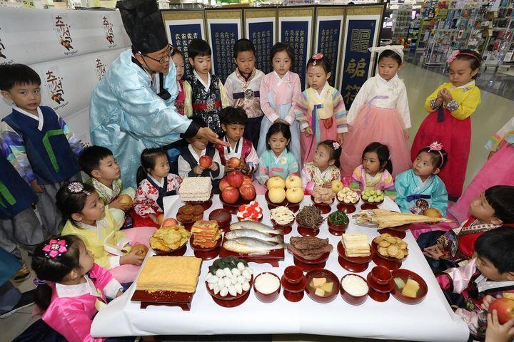 17일 서울 서초구 농협 하나로마트 양재점에서 한복을 곱게 차려입은 어린이들이 추석을 앞두고 차례 지내는 법을 배우고 있다. 2018.9.17