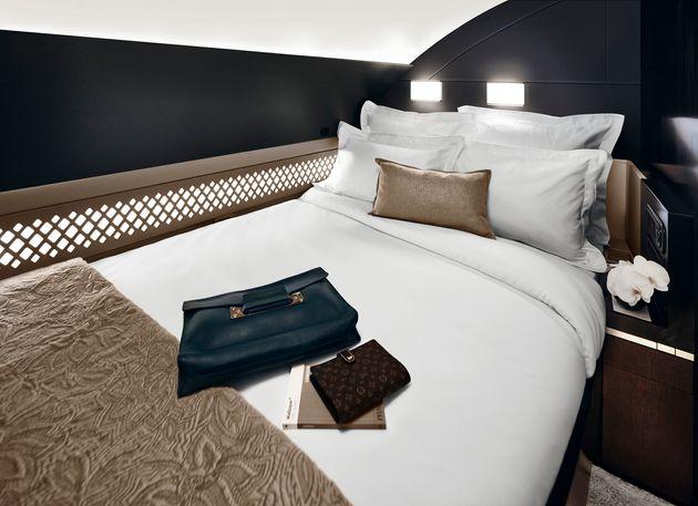 에티하드항공이 운용중인 A380의 특석 '더 레지던스'. 개인 샤워실을 비롯해 무려 방이 3개다. 승객에게는 개인 집사가 제공되고, 일류 요리사가 직접 기내식을