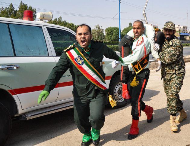 Des militaires iraniens transportent un soldat blessé dans l'attentat à Ahvaz, le 22 septembre