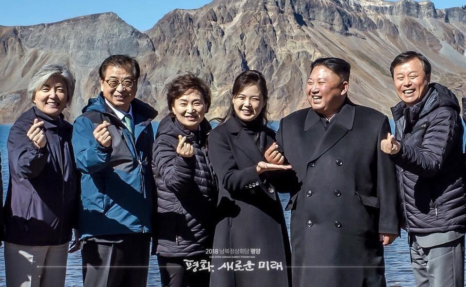 김정은 부부가 백두산 천지에서 '손가락 하트'를