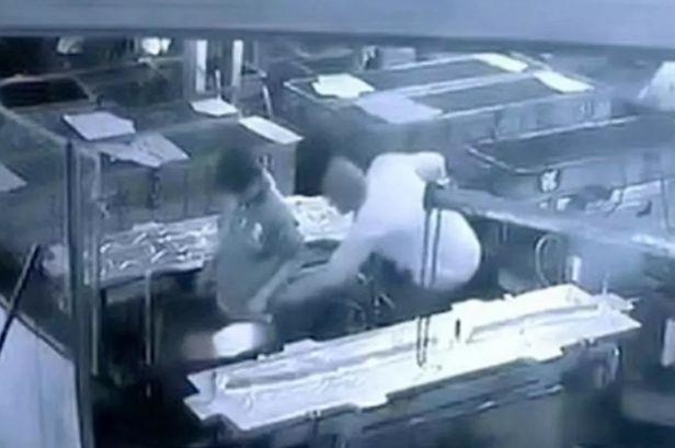 Tödlicher Unfall: Chef will sich mit Mitarbeiter Spaß erlauben und tötet