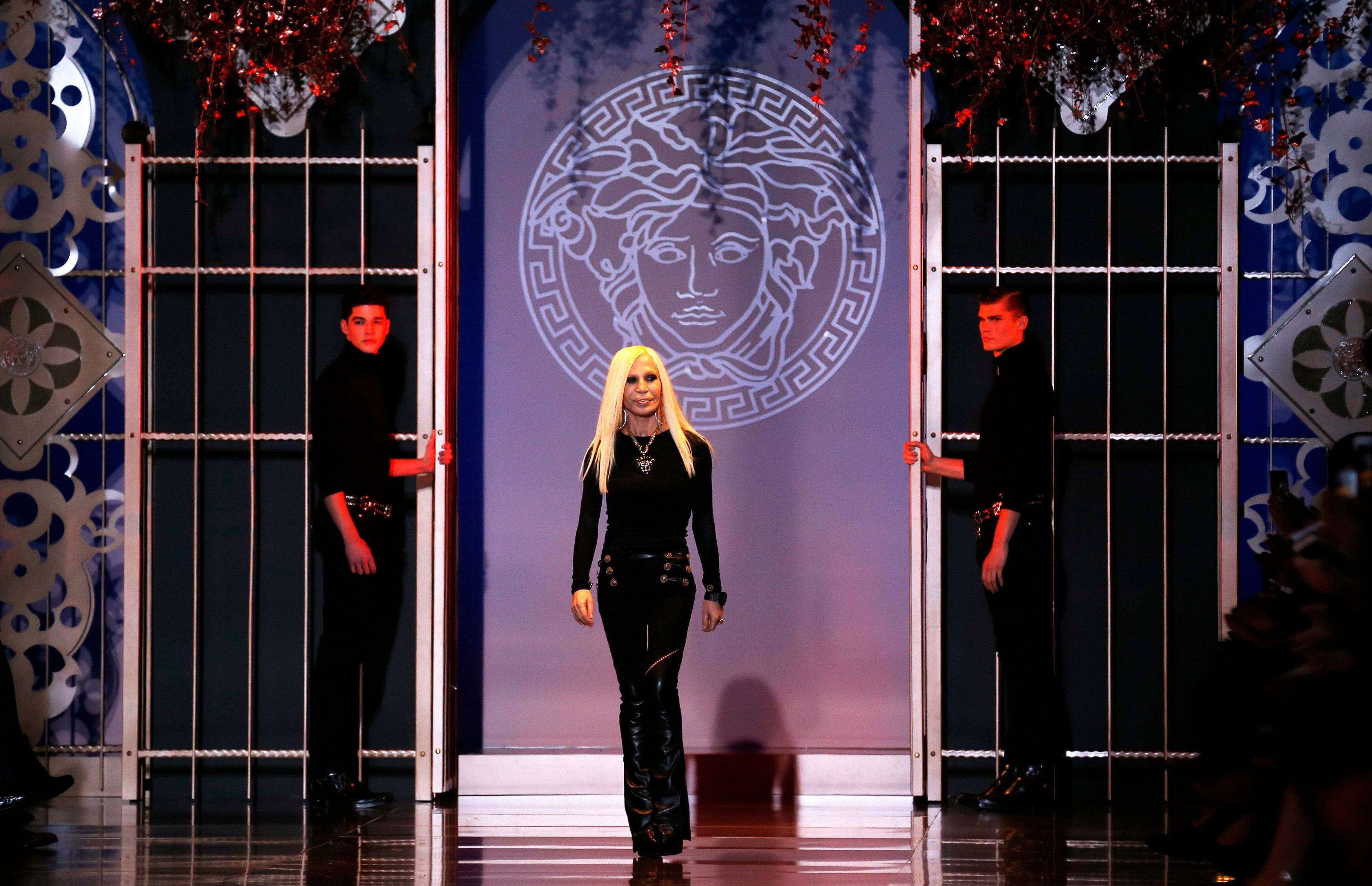 O Michael Kors αγοράζει τον οίκο Versace για 2