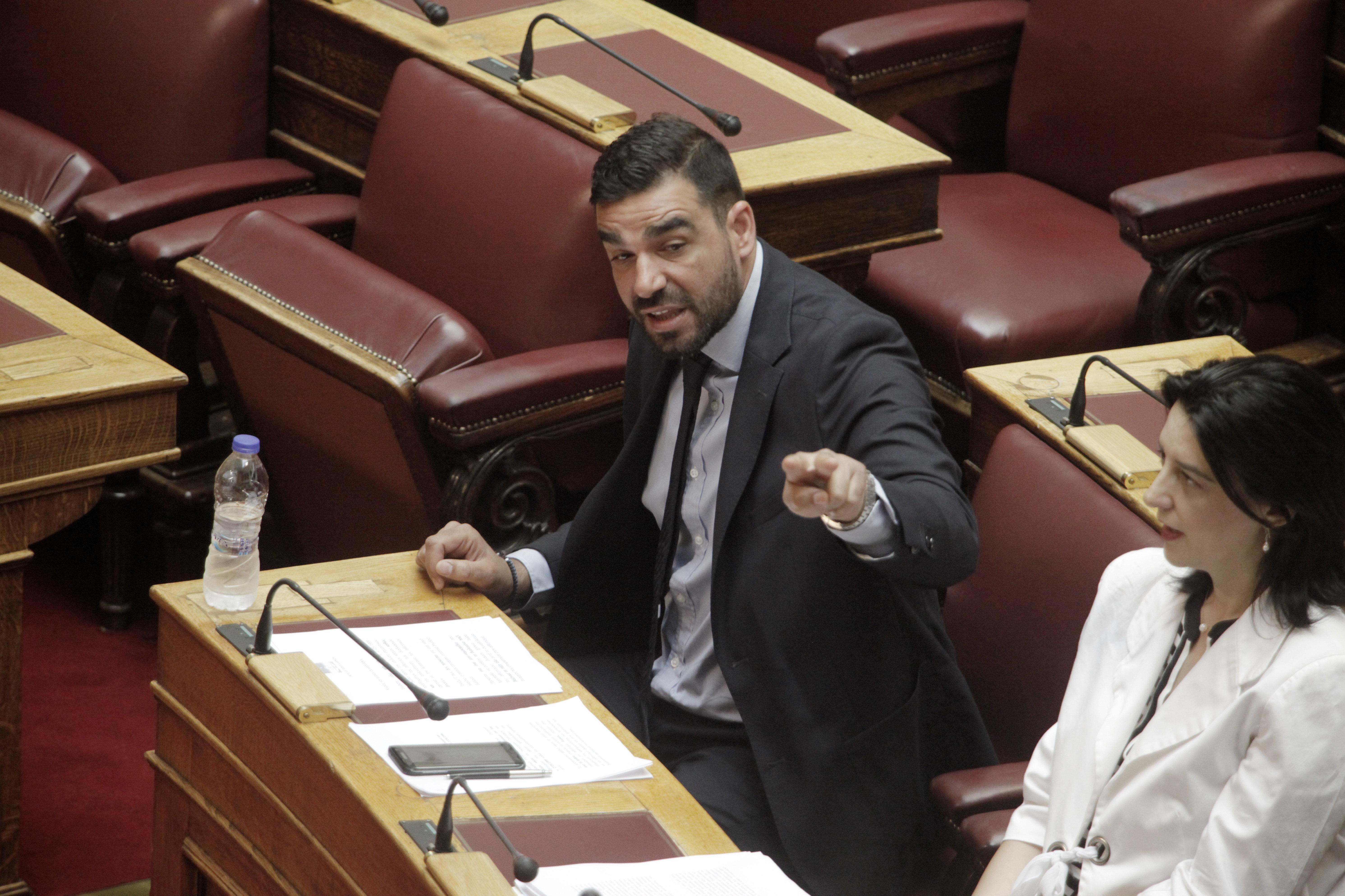 Επίθεση στο βουλευτή Κωνσταντινέα: 20 προσαγωγές, 10 ταυτοποιήσεις από την ΕΛ.ΑΣ.