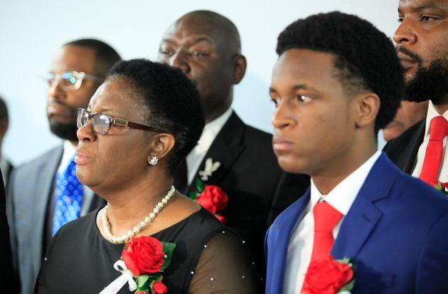 지난 13일 아들의 장례식에 참석한 보탐 진의 모친 앨리슨