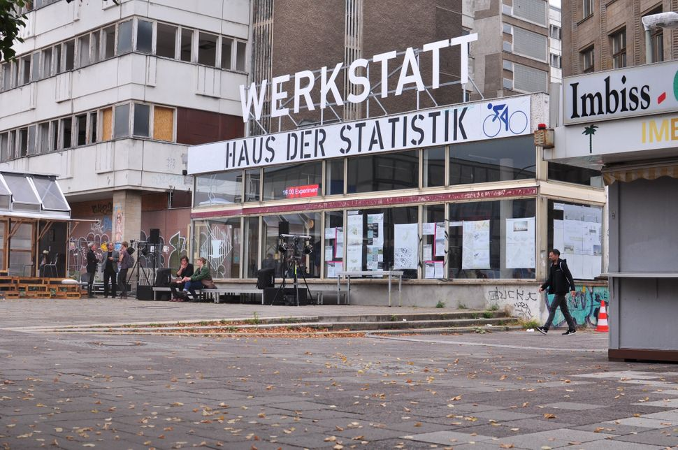 A workshop at the Haus der Statistik, where local residents and experts come together to discuss ideas for the project.