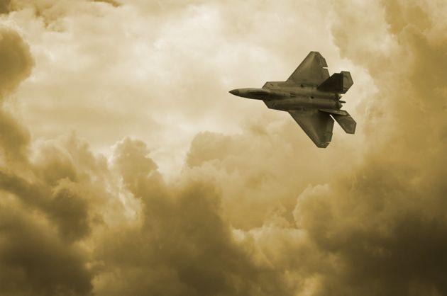 Ρωσοαμερικανική «αερομαχία» για φωτογραφία με αμερικανικό stealth μαχητικό στο στόχαστρο ρωσικού καταδιωκτικού